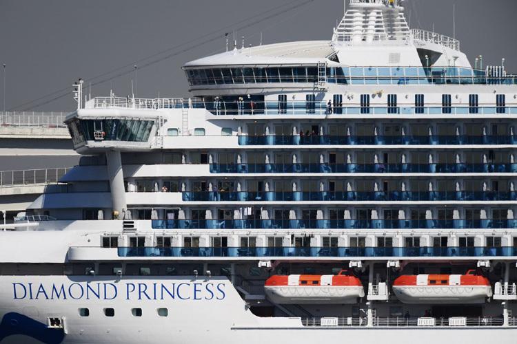 Tàu du lịch Diamond Princess bị cách ly ngoài khơi Nhật Bản hôm 10/2. Ảnh: AFP.