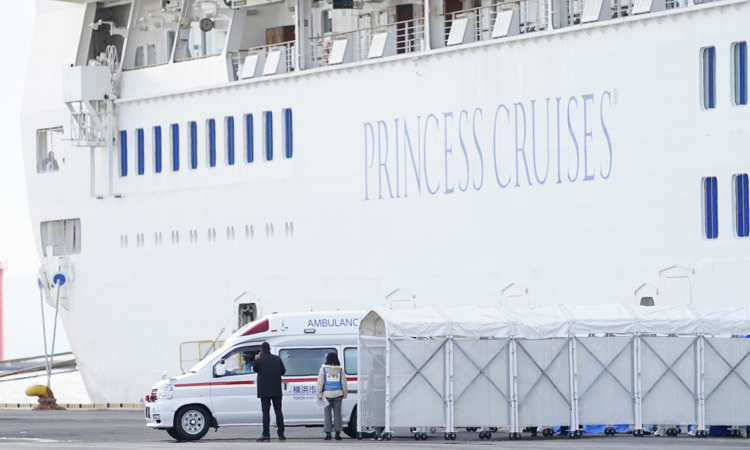Xe xứu thương đỗ bên cạnh du thuyền Princess Diamond tại cảng Yokohama hôm 7/2. Ảnh: Bloomberg.