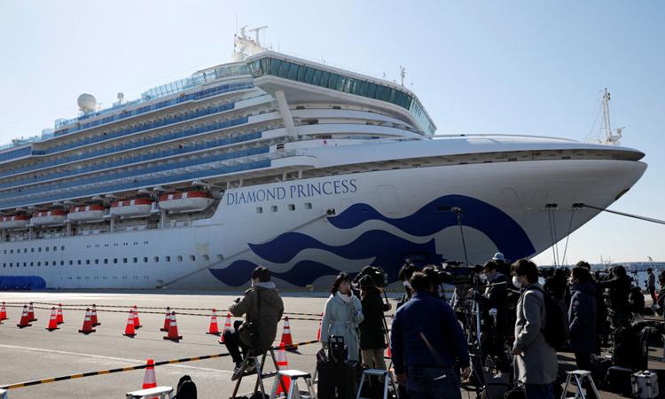 Phóng viên tới đưa tin về du thuyền Princess Diamond tại cảng Yokohama hôm nay. Ảnh: Reuters.