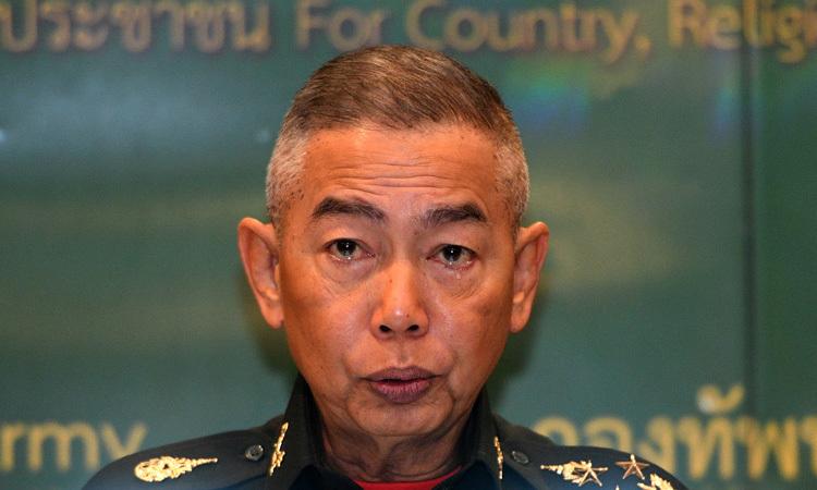 Tướng Thái Lan Apirat Kongsompong khóc trong buổi họp báo tại trụ sở Quân đội Hoàng gia Thái Lan ở Bangkok hôm nay. Ảnh: Reuters.