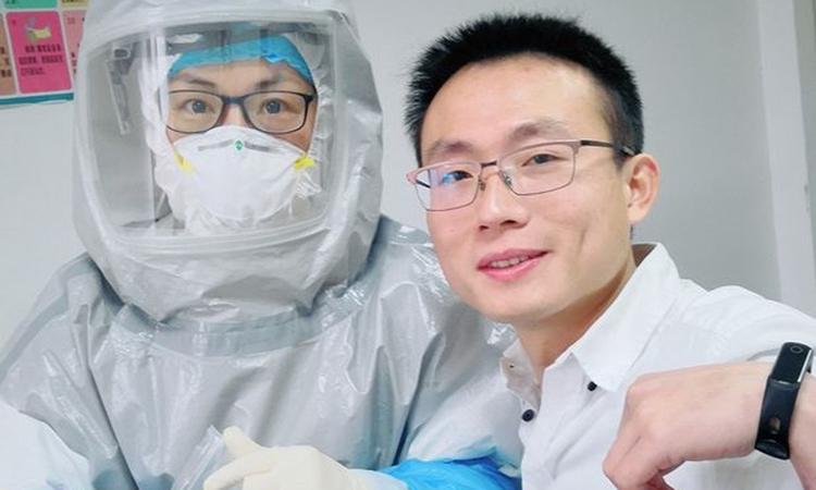 Shen Wufu (bên phải) chụp ảnh với bác sĩ tại Bệnh viện liên kết số 1 ở thành phốSán Đầu, tỉnh Quảng Đông hôm 8/2. Ảnh: WSJ.