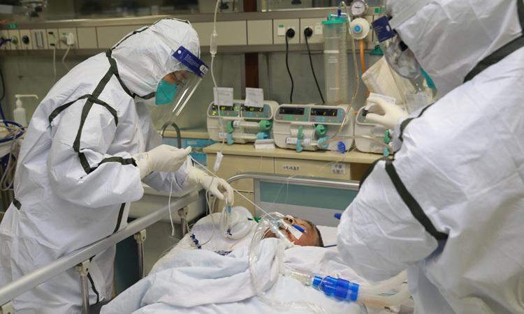Các bác sĩ điều trị cho bệnh nhân nhiễm nCoV tại bệnh viện ở Vũ Hán cuối tháng một. Ảnh: Reuters.