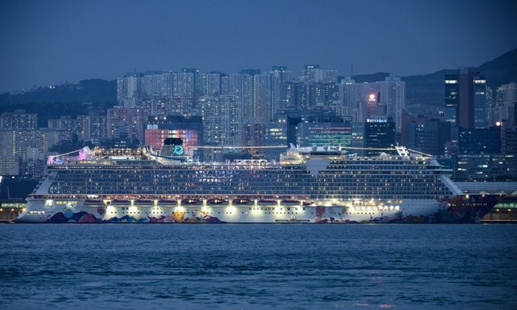 Du thuyền World Dream cập cảng Kai Tak, Hong Kong, hôm 6/2. Ảnh: AFP.