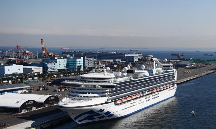 Tàu Diamond Princess neo đậu tại cảng Yokohama, Nhật Bản, hôm 10/2. Ảnh: AFP.