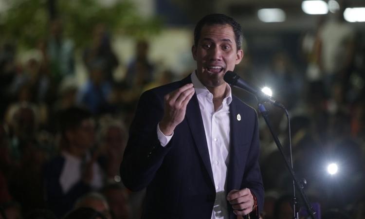 Juan Guaido phát biểu trước nhóm người ủng hộ tại Caracas, Venezuela, hôm qua. Ảnh: AFP.