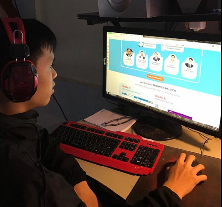 Học sinh lớp 9 tự ôn luyện tại nhà trong mùa dịch.
