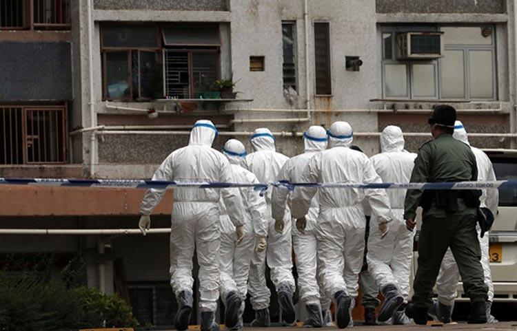 Cảnh sát làm việc gần tòa nhà Hong Mei House ở Hong Kong hôm 11/2. Ảnh: Reuters.