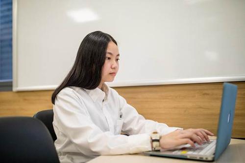 Học viên Everest Education học trực tuyến trên phần mềm do trung tâm triển khai.