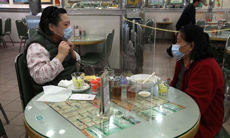 Tấm chắn ngăn hai thực khách tại một nhà hàng ở bán đảo Cửu Long, Hong Kong. Ảnh: SCMP.