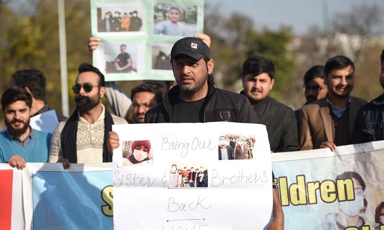Bạn bè và người thân của các sinh viên Pakistan đang ở Vũ Hán biểu tình phản đối quyết định không sơ tán của chính phủ ở Islamabad hồi đầu tháng. Ảnh: AFP.