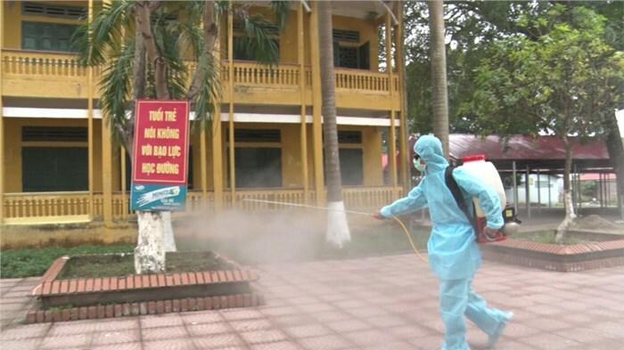 Trường học ở Vĩnh Phúc được phun thuốc khử trùng trong thời gian học sinh nghỉ học. Ảnh: Sở Giáo dục và Đào tạo Vĩnh Phúc.