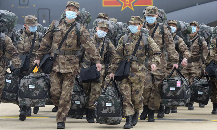 Các y bác sĩ quân đội Trung Quốc tới Vũ Hán ngày 13/2 để chống dịch viêm phổi virus corona. Ảnh: ChinaMil.