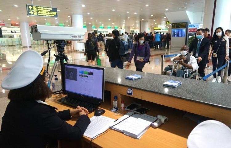 Kiểm dịch ở sân bay Nội Bài. Ảnh: Gia Chính.
