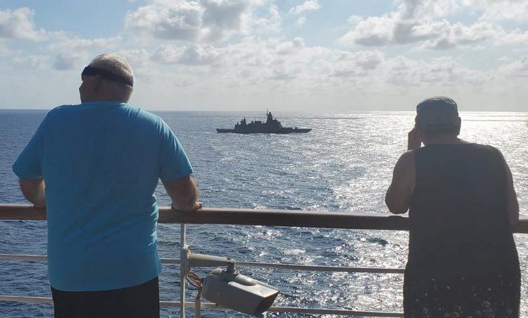 Tàu chiến Thái Lan bám theo du thuyền bị 'hắt hủi'