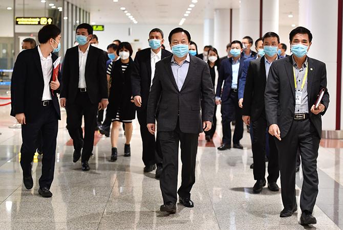 Đoàn công tác của Ủy ban Quản lý vốn nhà nước tại doanh nghiệp kiểm tra phòng dịch tại sân bay Nội Bài sáng 13/2. Ảnh: Anh Duy.