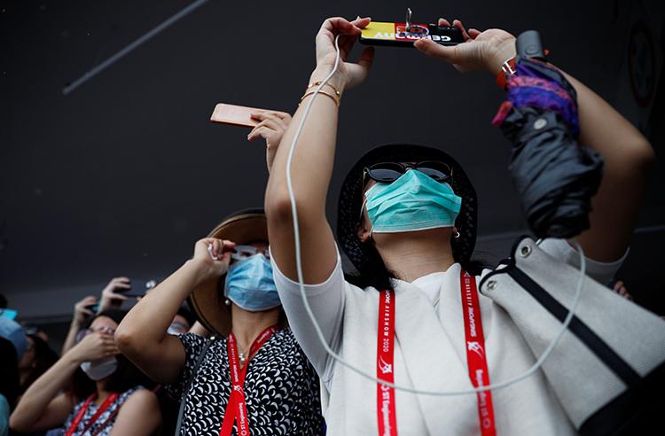 Khách tham quan đeo khẩu trang tại Triển lãm Hàng khôngSingapore hôm 11/2. Ảnh: Reuters