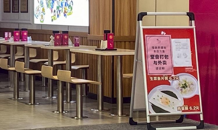 Một hàng ănở Quảng Châu vắng bóng thực khách hôm 13/2. Ảnh: SCMP.