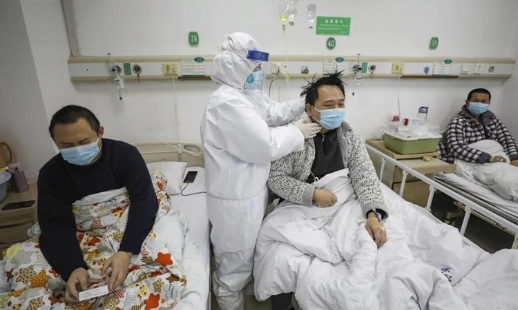 Bệnh nhân được chăm sóc tại Vũ Hán, Hồ Bắc ngày 13/2. Ảnh: AP.