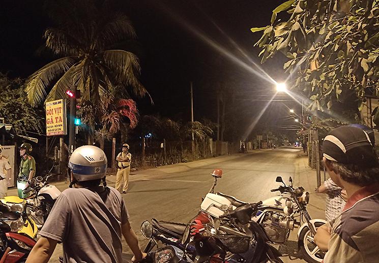 Cảnh sát phong toả đường vào khu vực Tuấn Khỉ bị tiêu diệt. Ảnh: Huế Xuân.