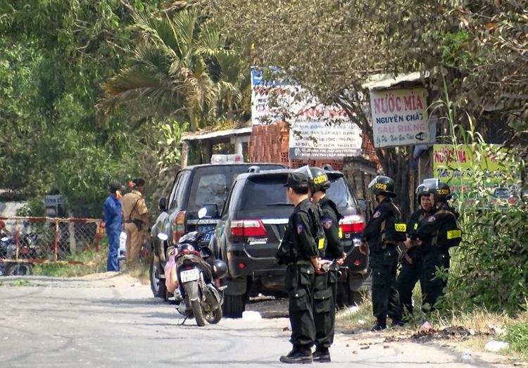 Cảnh sát phong tỏa nơi Tuấn lẩn trốn - khu vực cây cối um tùm, sát mé sông. Ảnh: Hà An.