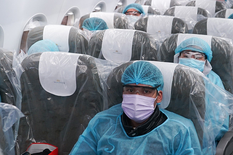 Những người Việt ở Vũ Hán trên chuyến bay về nước sáng 10/2. Ảnh: Vietnam Airlines