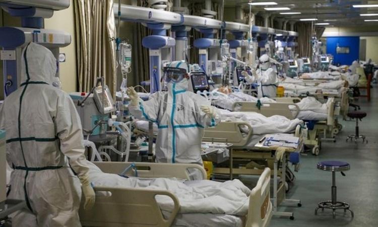 Các bác sĩ điều trị cho bệnh nhân nhiễm nCoV tại bệnh viện ở Vũ Hán hôm 9/2. Ảnh: Reuters.