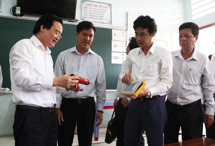 Bộ trưởng Phùng Xuân Nhạ (bìa trái) kiểm tra công tác phòng, chống Covid-19 tại Trường Tiểu học Phú Mỹ, thành phố Sa Đéc, tỉnh Đồng Tháp sáng 14/2.