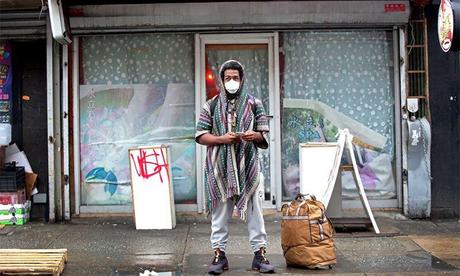 Một người đàn ông đeo khẩu trang trên đường ở Chinatown, New York, Mỹ ngày 13/2. Ảnh: Reuters.