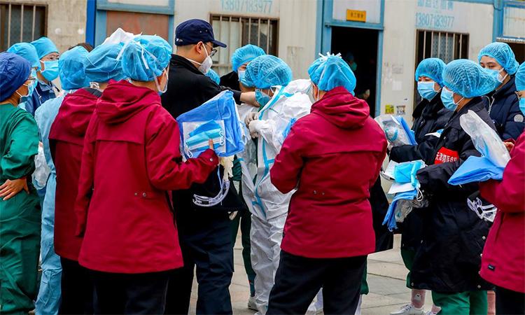 Nhân viên y tế mặc đồ bảo hộ trước khi vào một bệnh viện dã chiến ở Vũ Hán, thủ phủ Hồ Bắc, Trung Quốc hôm 12/2. Ảnh: Reuters.