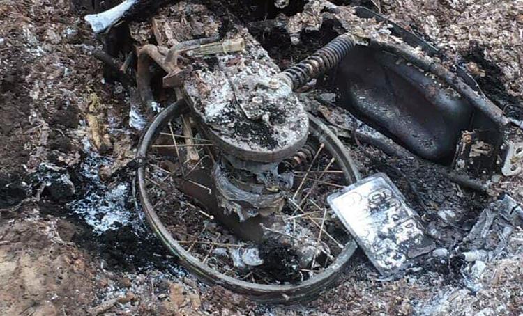 Thi thể nạn nhân nằm bên chiếc xe máy cháy trụi. Ảnh: Trường Nguyên