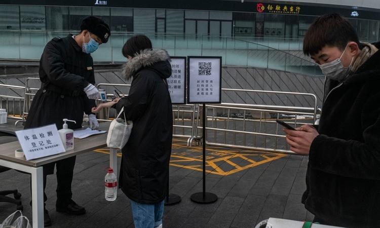 Điểm kiểm tra thân nhiệt bên ngoài một tòa nhà văn phòng ở thủ đô Bắc Kinh, Trung Quốc. Ảnh: NYTimes.