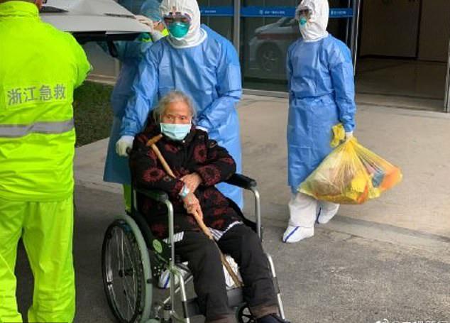Bà Lu rời khỏibệnh viện thứ nhất đại học Chiết Giang ở thành phố Hàng Châu, tỉnh Chiết Giang chiều 13/2. Ảnh: CCTV Weibo