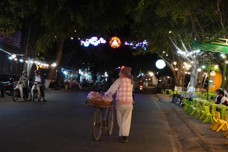 Hơn 6h, ông Bình đã có mặt trên đường Bạch Đằng. Ảnh: Trần Hóa.