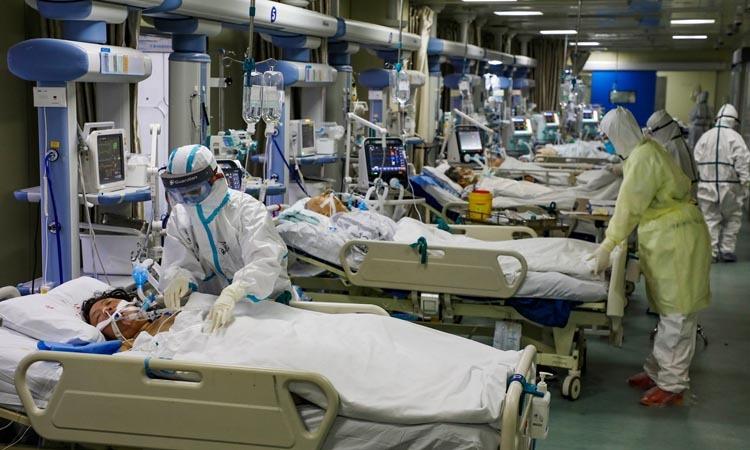 Nhân viên y tế chăm sóc bệnh nhân tại phòng điều trị cách ly tại bệnh viện ở Vũ Hán, tỉnh Hồ Bắc tuần trước. Ảnh: AP.