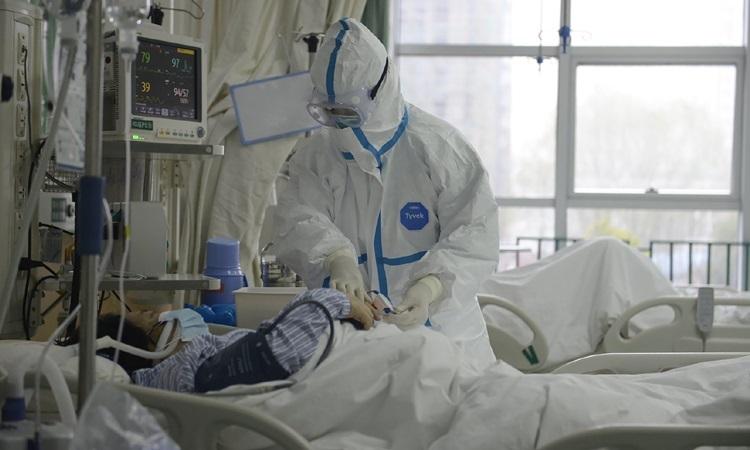 Bác sĩ điều trị cho bệnh nhân nhiễm virus corona tại một bệnh viện ở Vũ Hán cuối tháng một. Ảnh: Reuters.