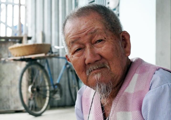 Cụ ông 90 tuổi bán lạc làm từ thiện