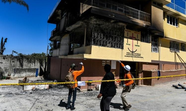 Giới chức Haiti đến hiện trường vụ cháy cô nhi viện hôm 14/2. Ảnh: AFP.