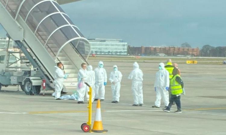 Anh phong tỏa 8 máy bay vì lo ngại virus corona - ảnh 1