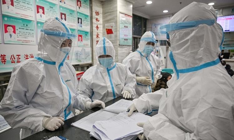 Nhân viên y tế tại một bệnh viện ở Vũ Hán ngày 25/1. Ảnh: AFP.