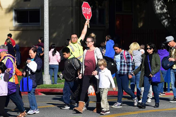 Phụ huynh đón con đi học về ở một trường học khu Alhambra, quận Los Angeles, bang California, Mỹ, hôm 4/2. Ảnh: AFP