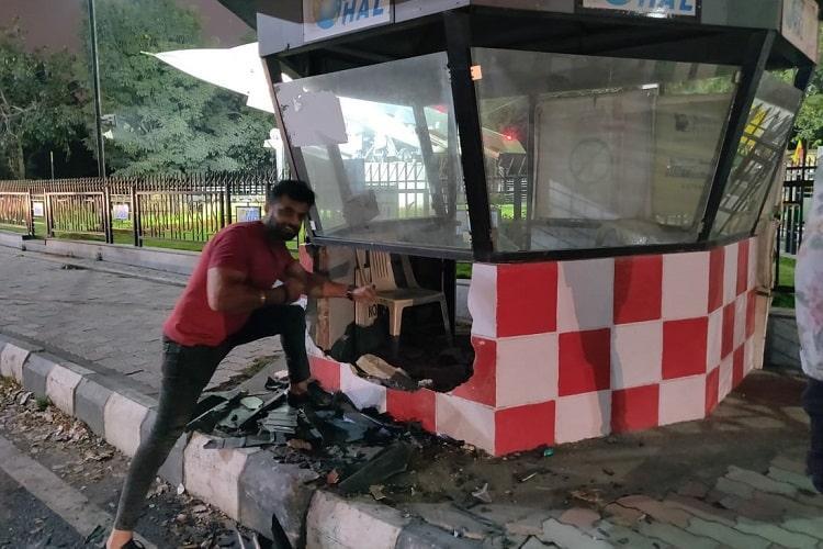 Sunny Sabharwal chụp ảnh cạnh chiếc bốt cảnh sát do chính mình đâm vỡ khi lái siêu xe. Ảnh: The News Minute