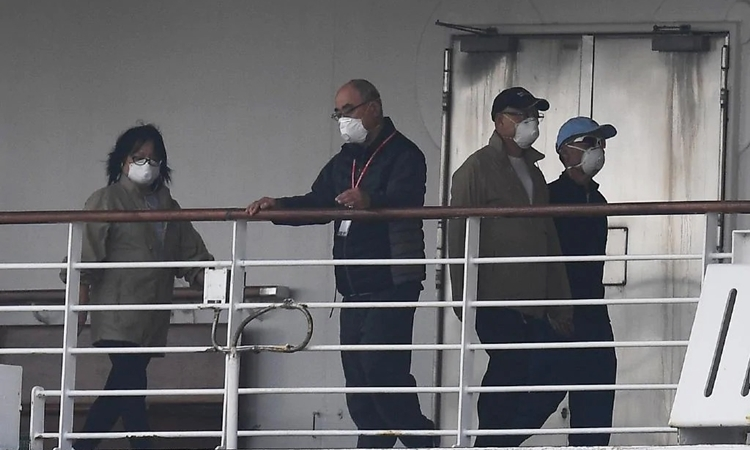 Hành khách trên du thuyền Diamond Princess tại cảng Yokohama, Nhật Bản ngày 14/2. Ảnh: AFP.