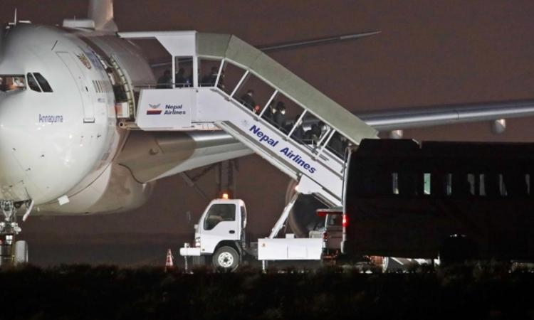 Máy bay đưa công dân Nepal rời Vũ Hán hạ cánh tại sân bay ở Kathmandu ngày 16/2. Ảnh: Reuters.