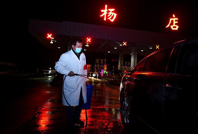 Một nhân viên chính quyền khử trùng xe tại thành phố Hiếu Cảm, tỉnh Hồ Bắc hôm 6/2. Ảnh: Xinhua