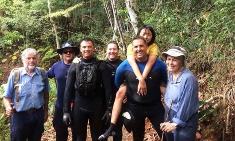 Yang Chen (áo vàng) được lực lượng cứu hộ tìm thấy trong khu rừng ở Queensland, Australia, hôm nay. Ảnh: Cảnh sát Queensland.