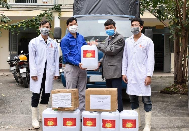 500 lít dung dịch sát khuẩn được Đại học Bách khoa Hà Nội chuyển tới xã Sơn Lôi sáng 17/2. Ảnh: HUST