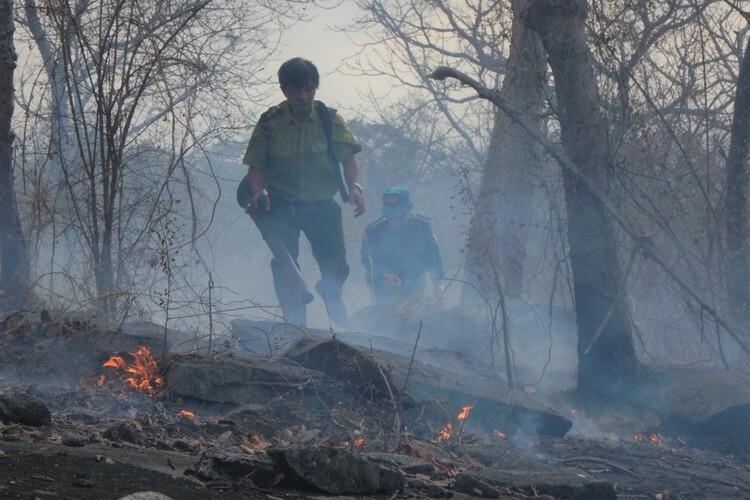 Khói cháy rừng tỏa mù trên núi Tà Cú - ảnh 3