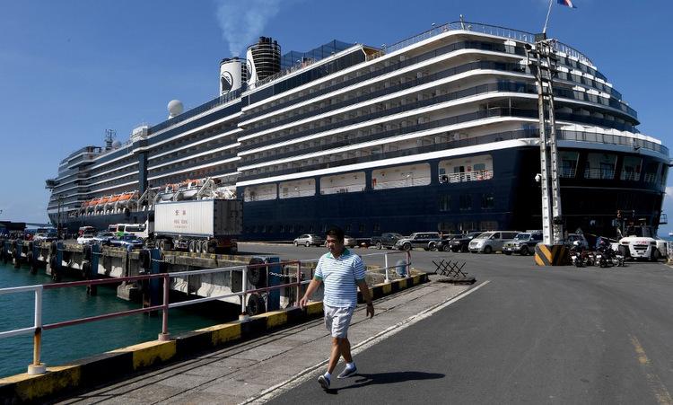 Du thuyền MS Westerdam neo tại cảng Sihanoukvillera hôm 15/2. Ảnh: AFP.