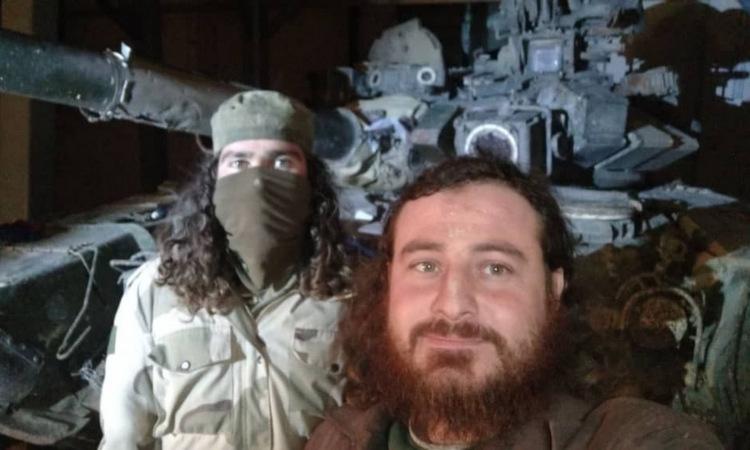 Phiến quân Syria cạnh chiếc T-90A bị thu giữ tại Zeitan hồi đầu tháng. Ảnh: Al-Masdar.