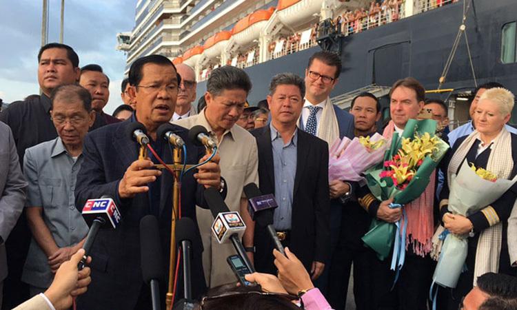 Thủ tướng Campuchia Hun Sen phát biểu khi tới chào đón du khách tại cảng Sihanoukville hôm 14/2. Ảnh: Khmer Times.